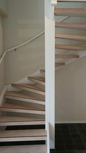 Complete set voor eiken open trap met 14 treden en 2 kwart draai